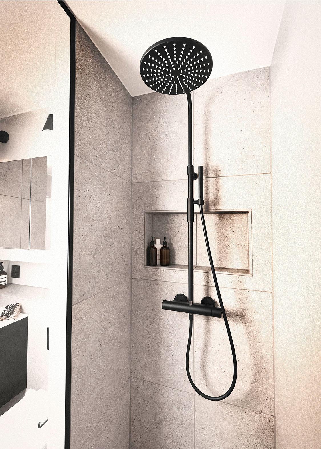 Viser dusjen med dusjhode og innfelte hylleløsninger